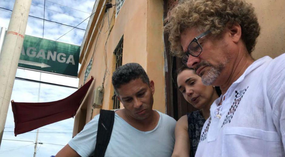 El samario Yuldor Gutiérrez (director de la serie) y Xilena Aycardi (actriz) ultimando detalles de la grabación.