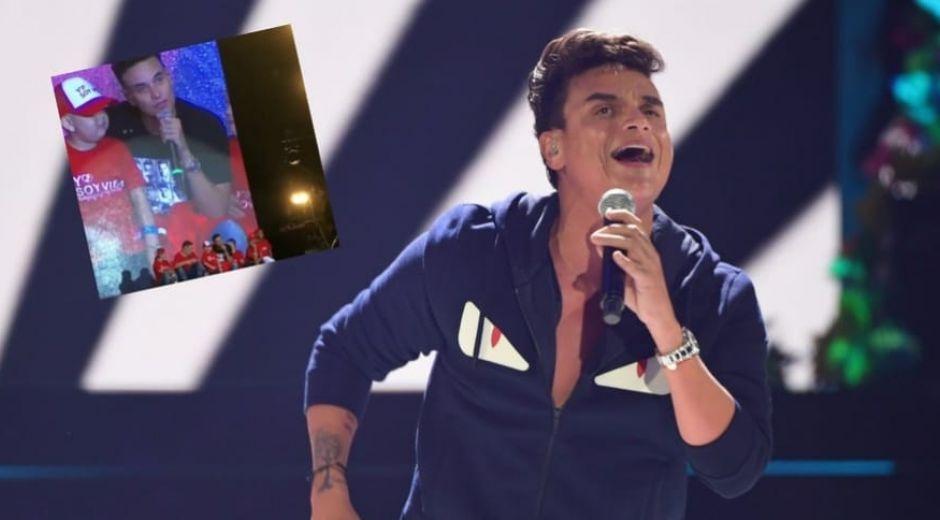 El cantante se conmovió con la presencia de la niña.