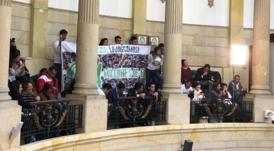 Partido verde- pancarta en el congreso.