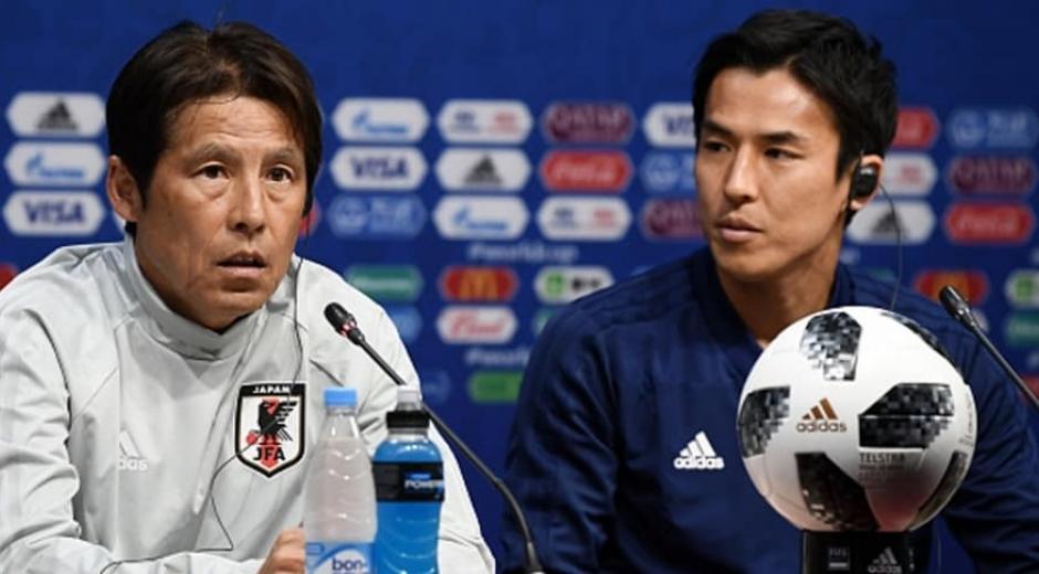 El técnico Akira Nishino (i) y el centrocampista Makoto Hasebe en rueda de prensa previa al partido.