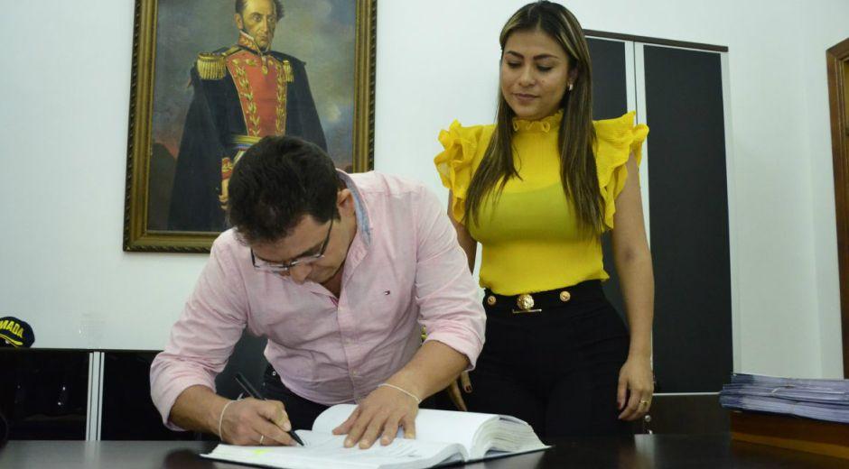 Adriana Trujillo Arias en el acto de posesión con el alcalde de Santa Marta, Rafael Martínez.