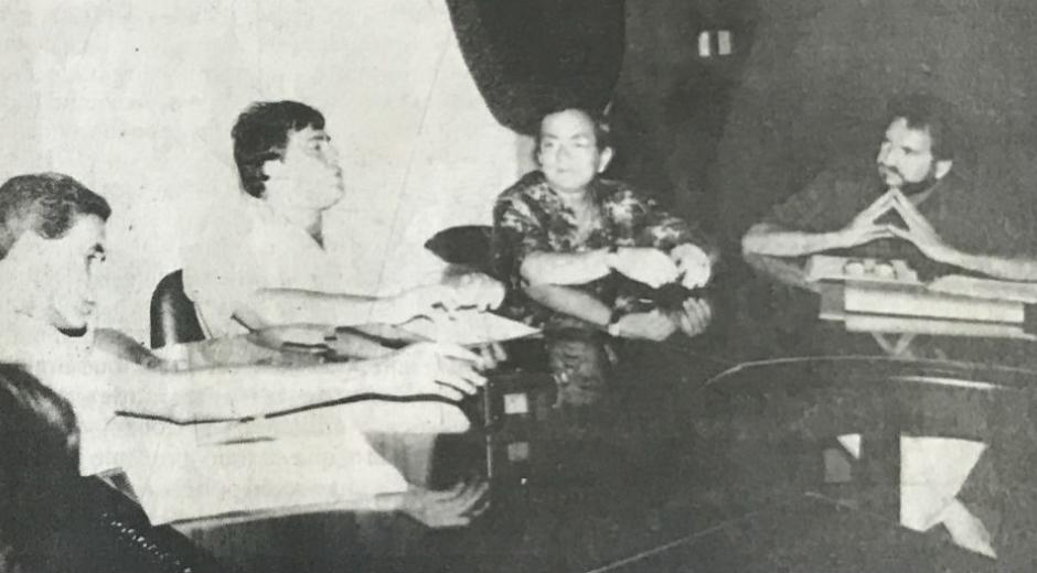 Alfredo Correa escucha al gobernador de entonces, Jorge Caballero, durante una reunión en las instalaciones de la Gobernación del Magdalena.