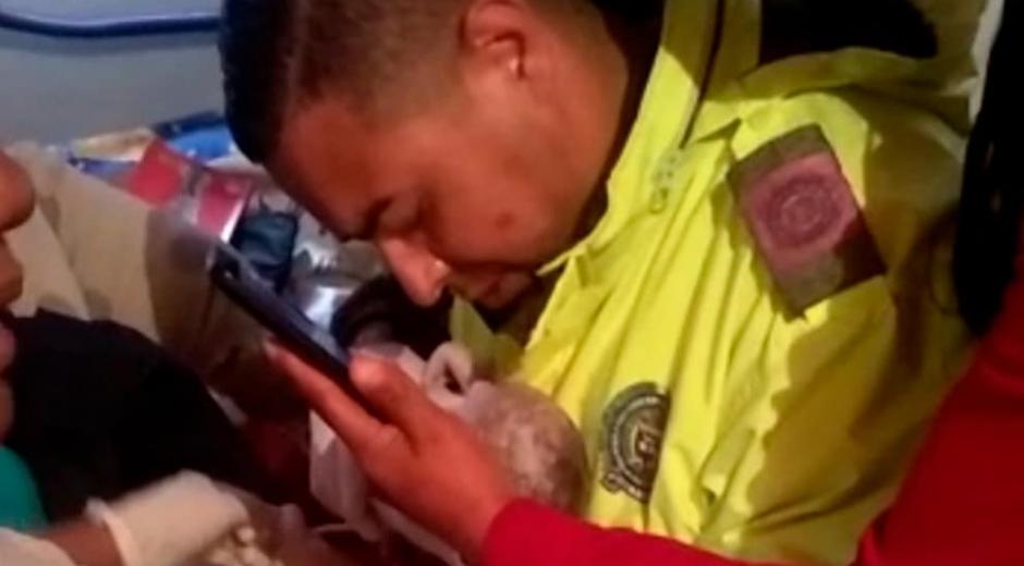 Policía reanimando a recién nacida