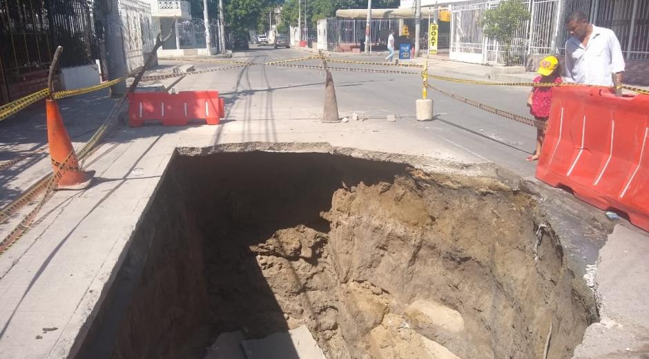 Hueco en el pavimento en calle principal de Villa Alejandría