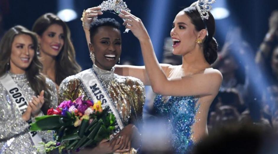 Momento en que la representante de Sudáfrica recibe su corona como Miss Universo.