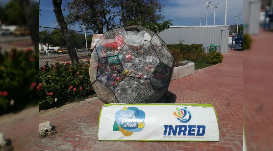 Balón lleno de botellas de plástico.