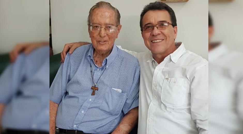 El docente Hugo Orozco, en compañía de Fray Gustavo Trujillo (q.e.p.d.)