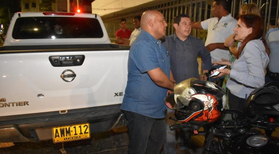 La gobernadora Rosa Cotes se reunió con los funcionarios afectados en el barrio Bavaria, donde se varó la camioneta.