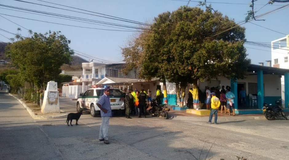 Según la Policía, cuando llegaron a su residencia, en Puerto Colombia, y en donde también funciona la fundación, el exalcalde se encontraba en su habitación con un adolescente de 17 años y en otro cuarto estaban tres menores más de 15, 16 y 17 años.