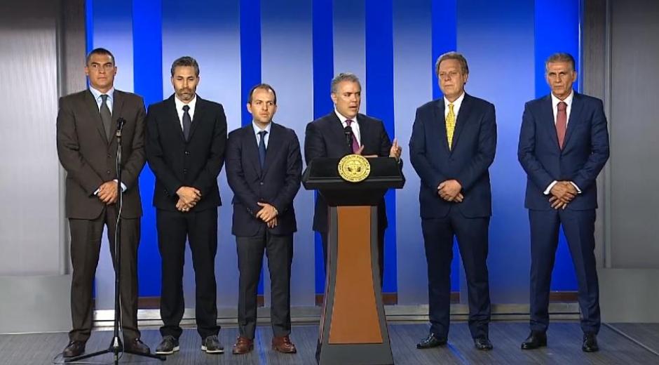 El Presidente acompañado de figuras como el excapitán Yepes y el exarquero Faryd Mondragón, hizo oficial la candidatura de Colombia.