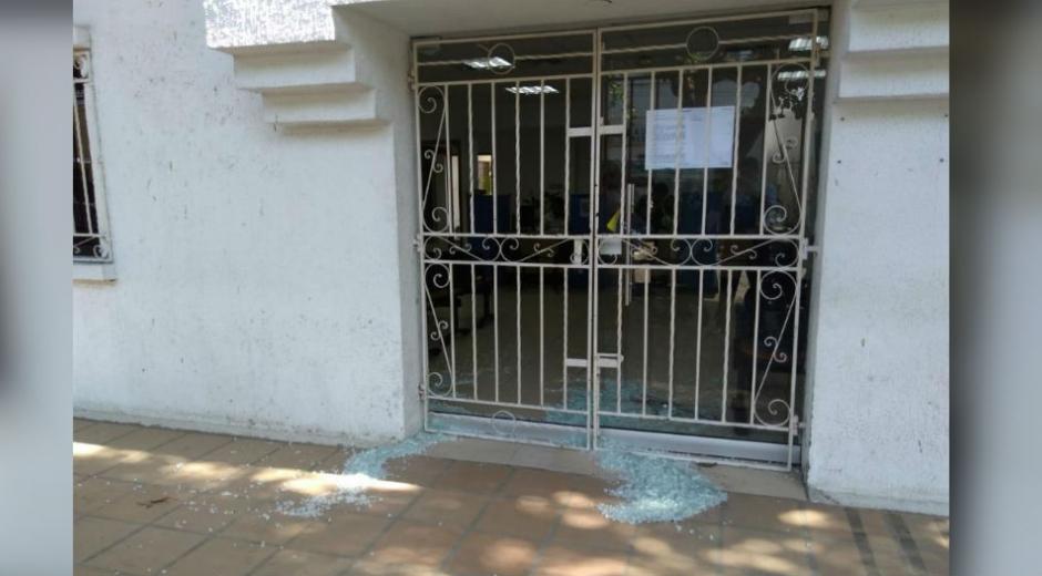 Puerta de la oficina atacada en Ciénaga.