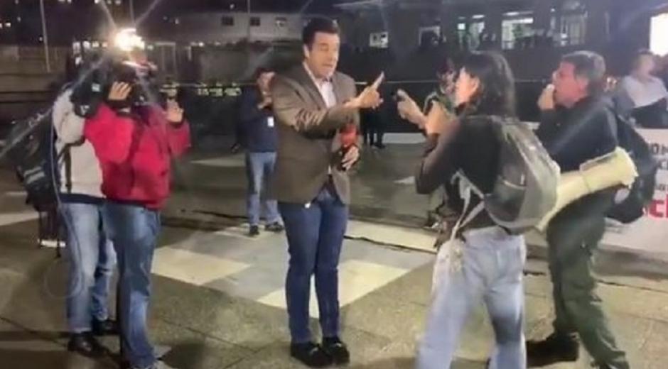 El periodista fue agredido por defensores de 'Santrich'.