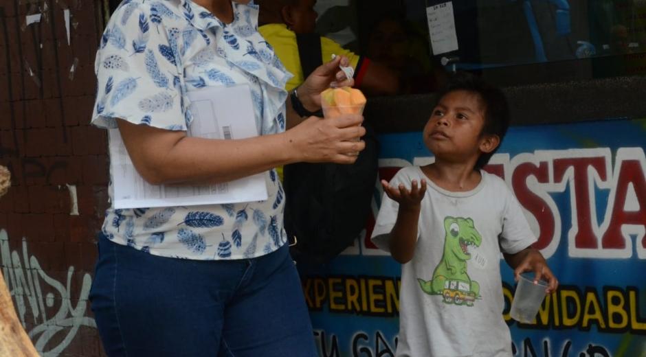 Niño pidiendo comida en las calles de Santa Marta.