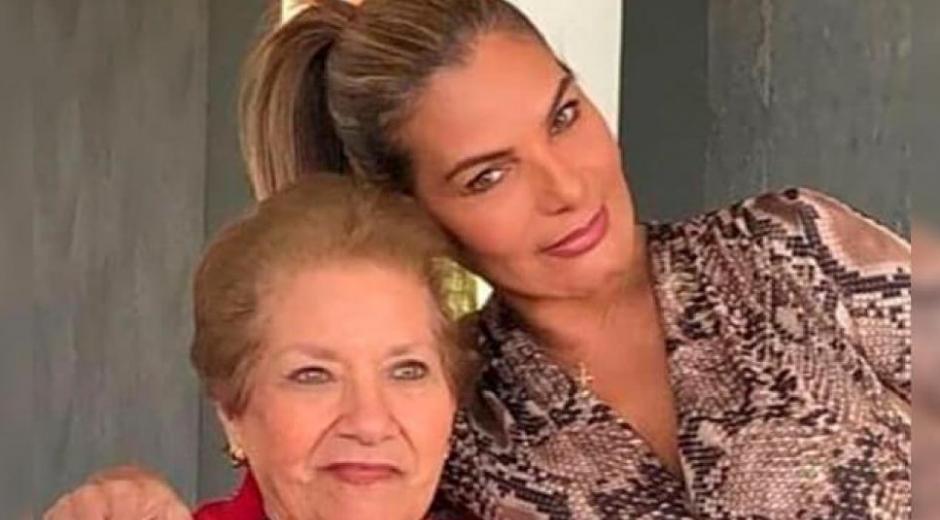 María Mónica Urbina junto a su madre