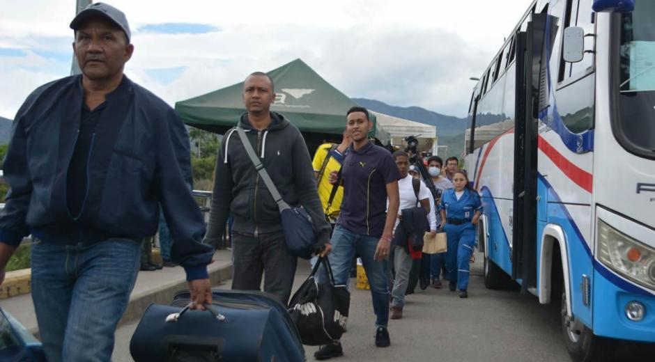 Cerca de las 2:00 p.m. los 59 deportados atravesaron el puente Simón Bolívar que conecta la ciudad de Cúcuta con la venezolana de San Antonio del Táchira.
