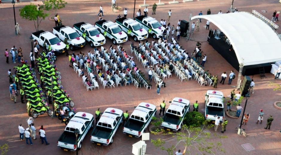 En un evento liderado por la Gobernadora, la fuerza pública recibió camionetas, motos y dinero.