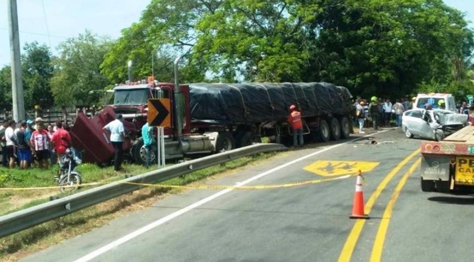 Un vehículo chocó de frente contra una tractomula.