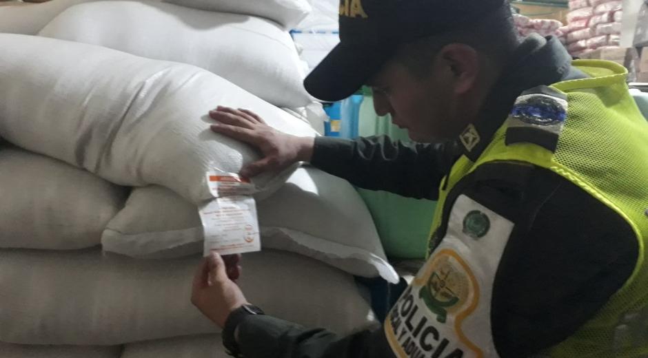 El arroz fue aprehendido durante operativos de control en el mercado público.