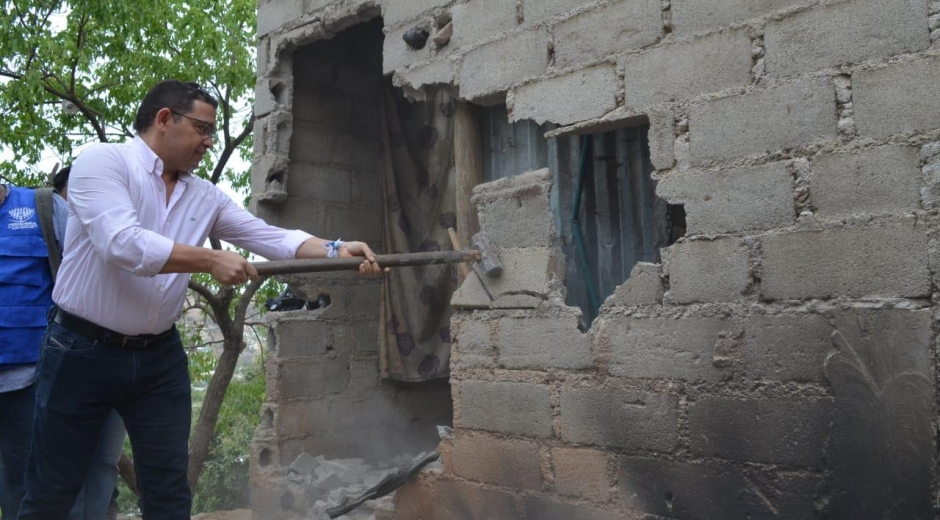 El alcalde Rafael Martínez asistió a la demolición de novena 'olla' del microtráfico.