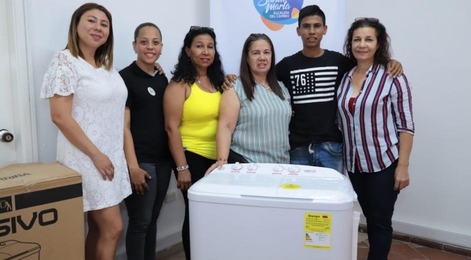 La Secretaría de Promoción Social les entregó lavadoras para que inicien proyecto productivo.