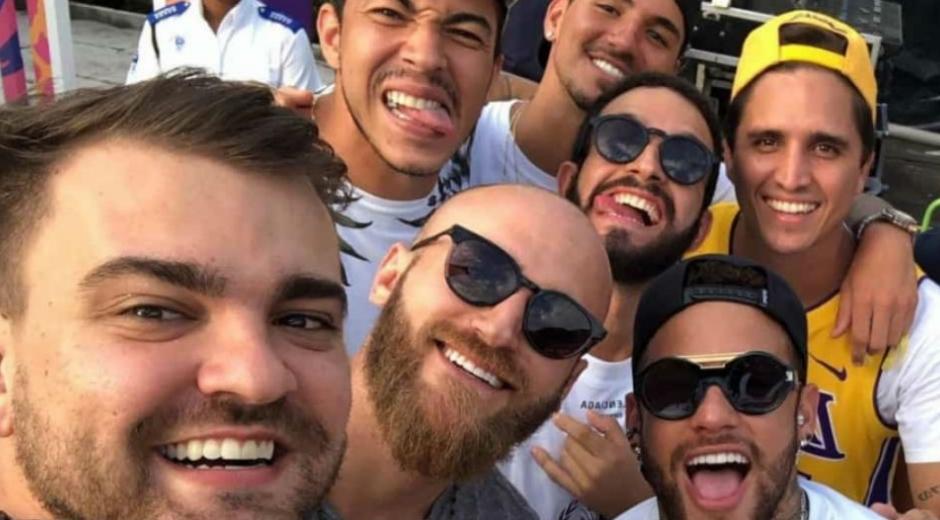 Neymar junto a sus amigos.
