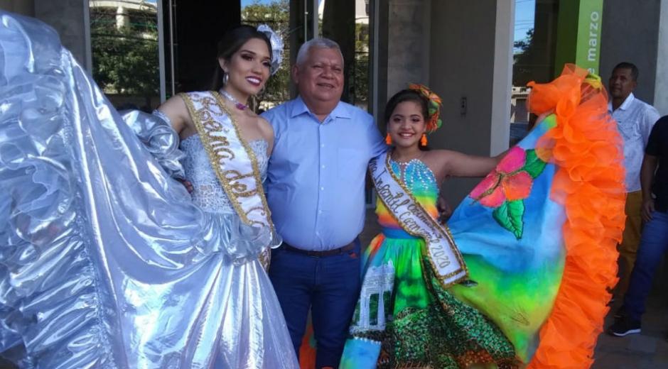 Reinas del Festival Nacional del Caimán y el Alcalde Ciénaga.