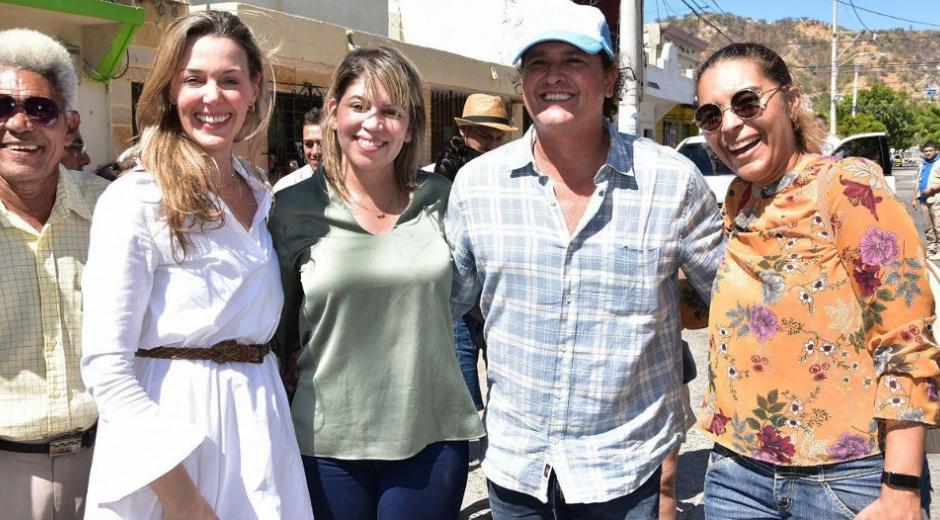 La alcaldesa Virna Johnson, Calos Vives y Claudia Elena.