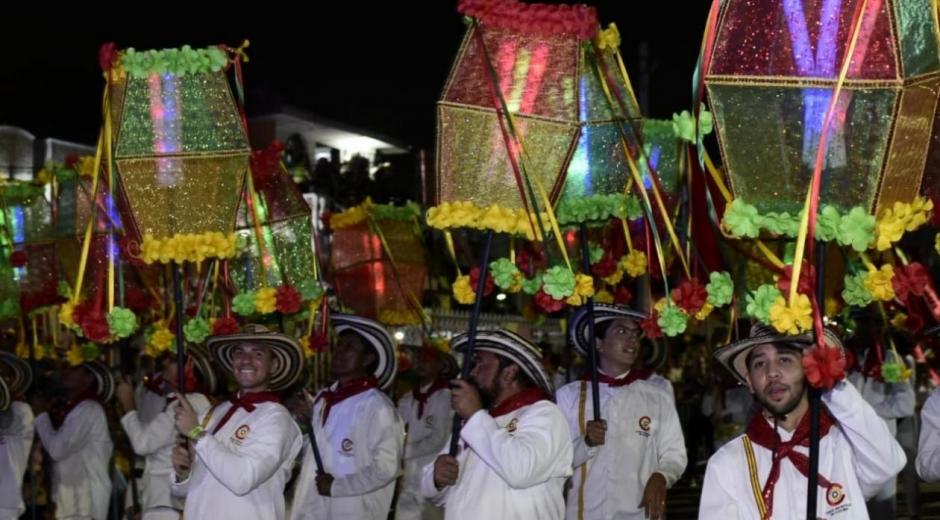 Faroles durante el desfile la noche de Guacherna.