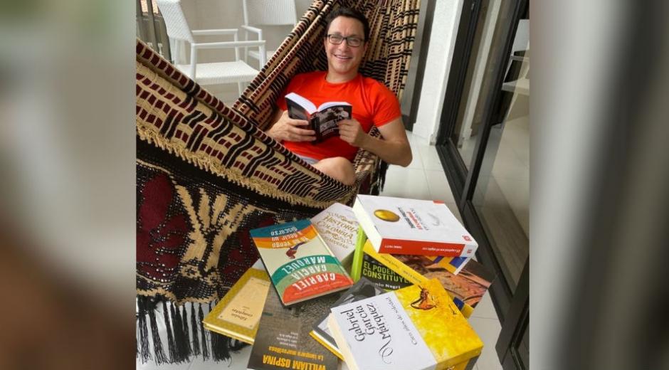 Rodeado de libros le respondió el gobernador al expresidente Uribe.