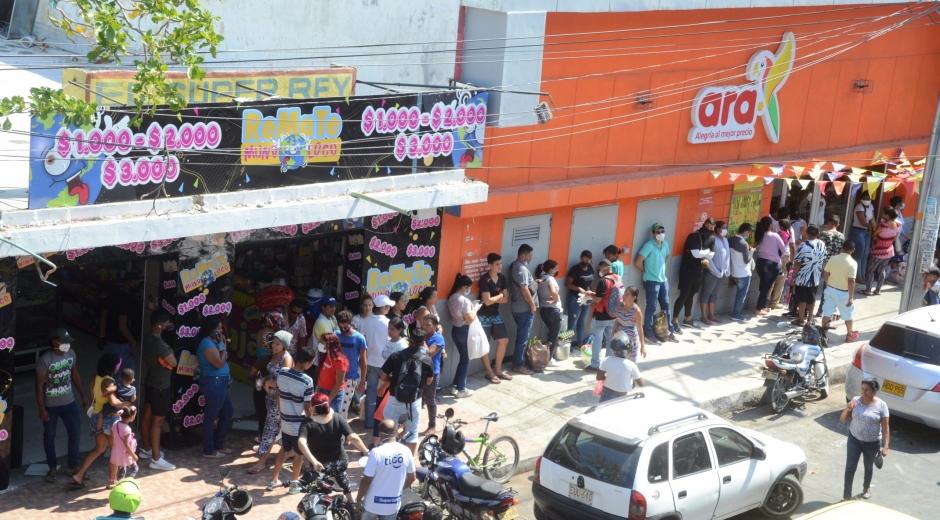 Largas filas para ingresar a los supermercados se han visto en Santa Marta.