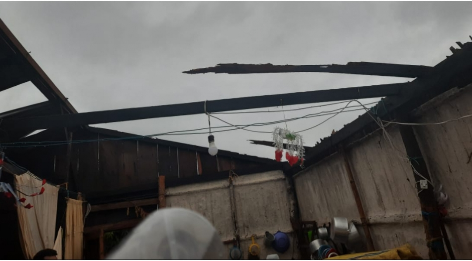 Los fuertes vientos se llevaron los techos de las viviendas.