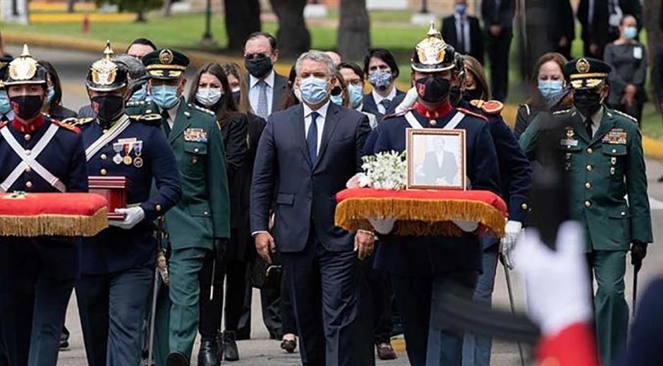 Durante la ceremonia fúnebre, el presidente indicó que Holmes Trujillo fue un patriota, y por eso merece el reconocimiento de todo el país.