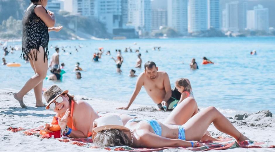 Turistas disfrutando de las playas de El Rodadero.