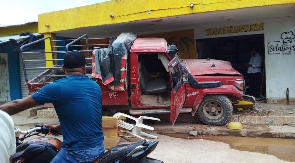 Este fue el vehículo que chocó violentamente contra la fachada del restaurante.