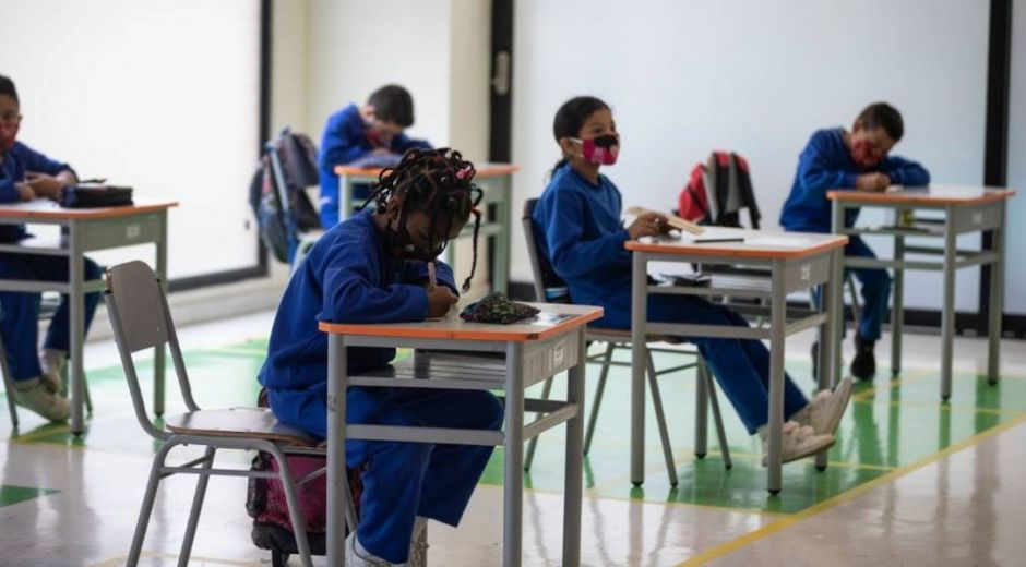Niños escolarizados en medio de la pandemia.