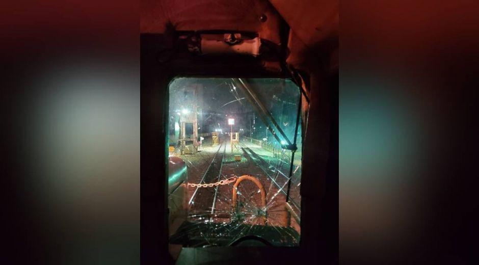 Los trenes también han sido apedreados.
