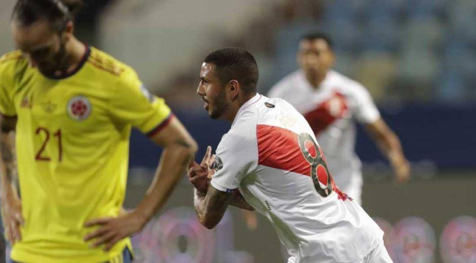 Jugador peruano celebrando el primer gol.