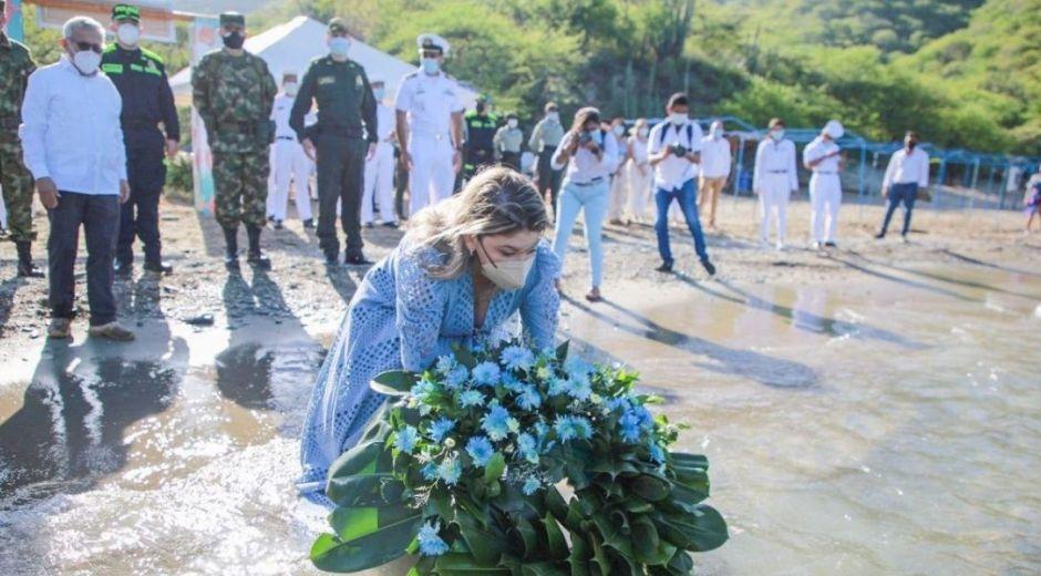 Alcaldesa de Santa Marta realizando la ofrenda floral