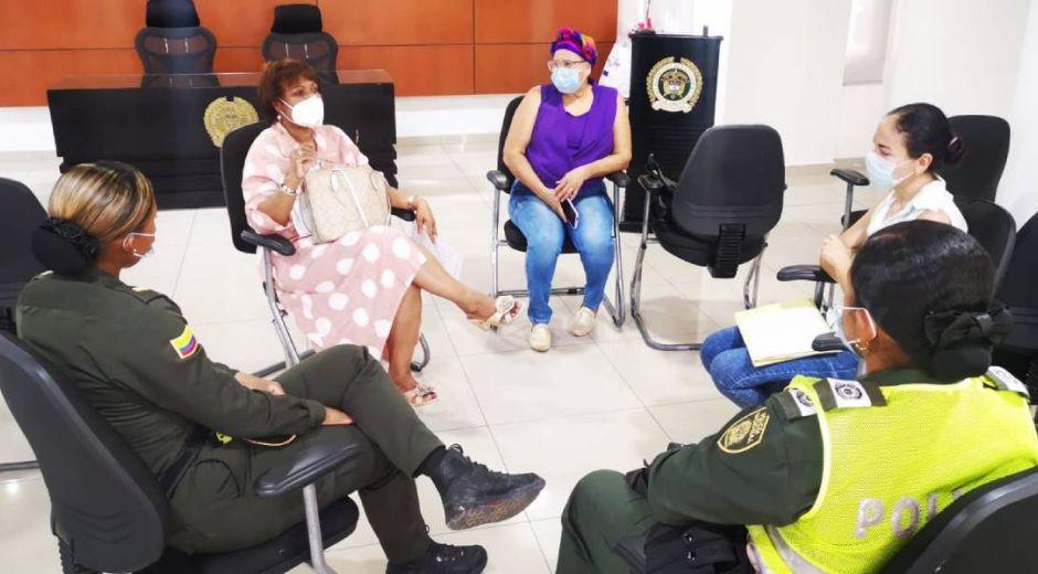 Reunión entre la afectada, la secretaria de la Mujer y autoridades.