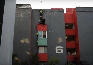 El bombero aterrizo encima del hombre, evitando así sus intenciones de lanzarse al vacío.