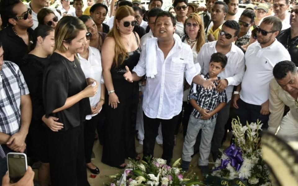 Rafael Santos se despide de su hermano.