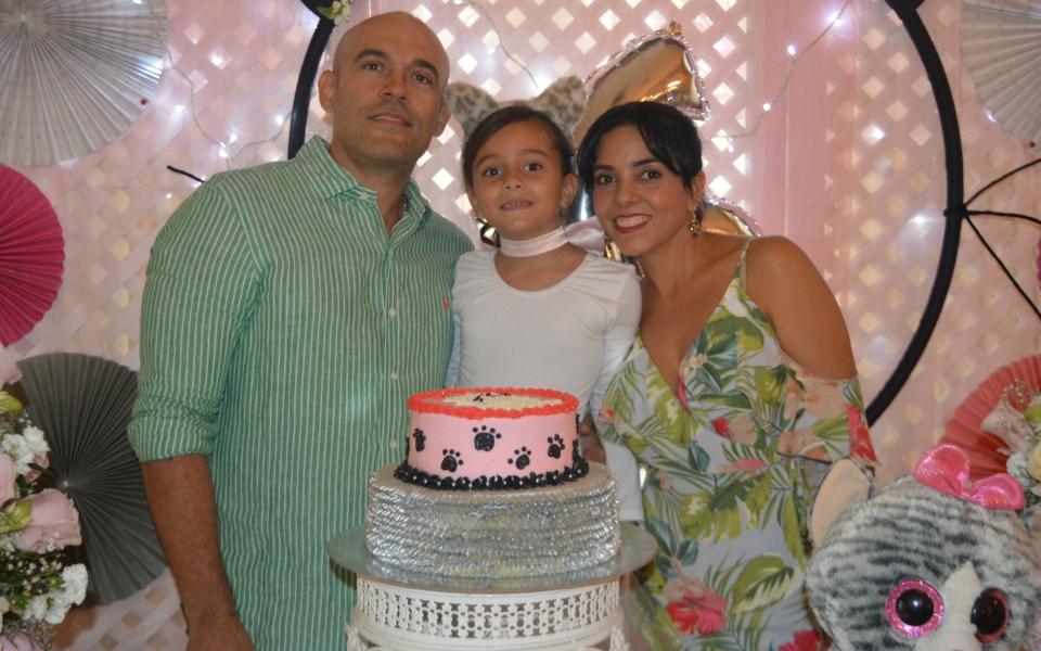 María Kamila Ovalle Latorre en compañía de sus padres Alberto Ovalle y María Latorre