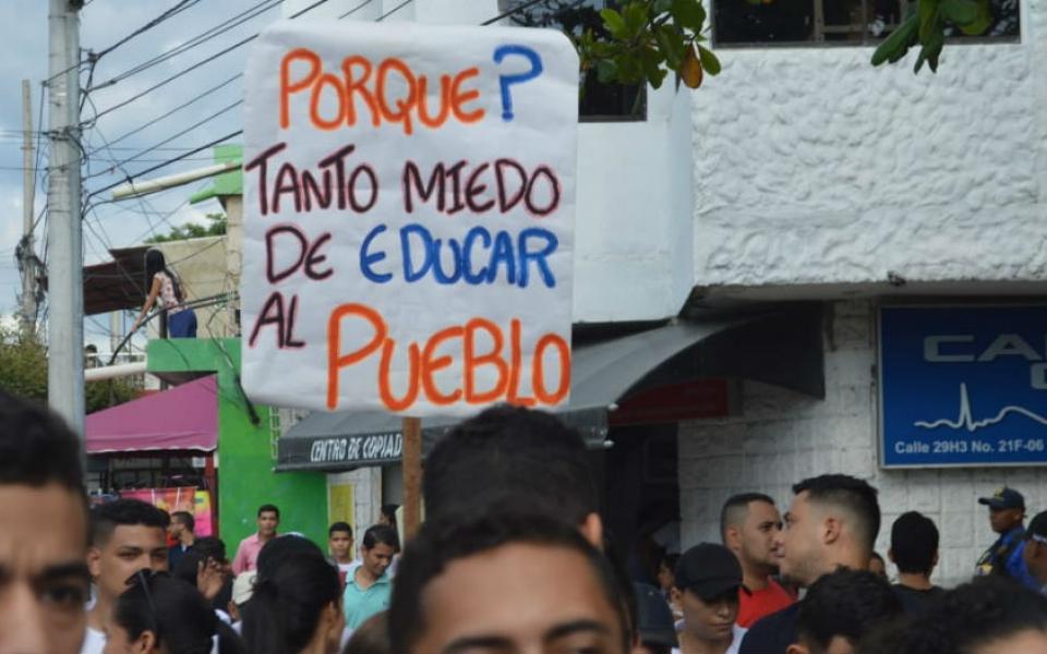 Los estudiantes salieron con pancartas a reclamar por sus derechos.