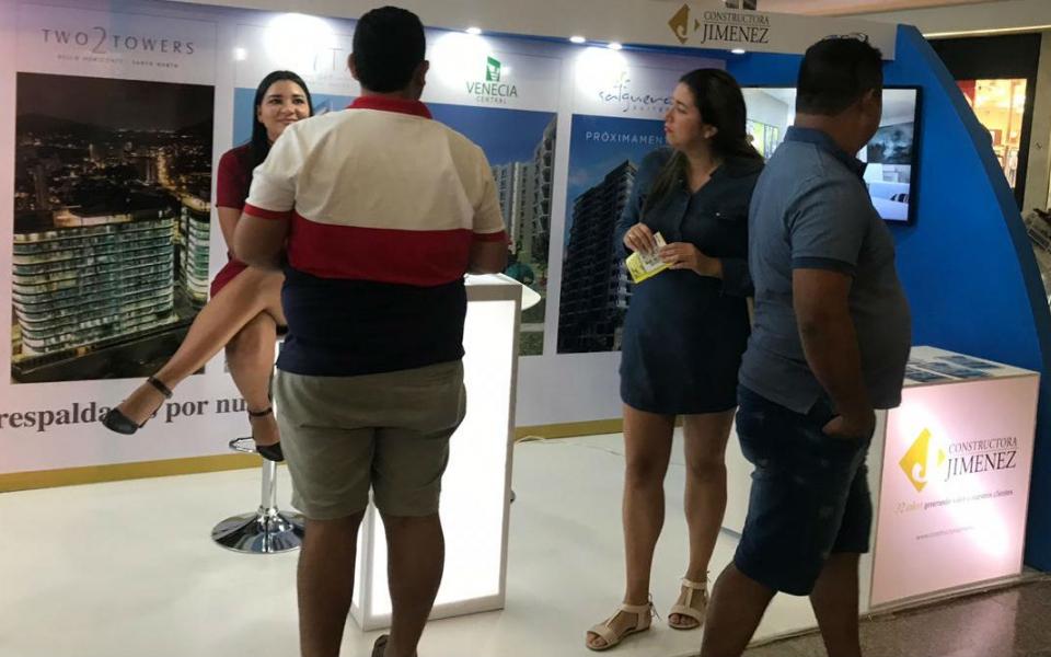 Son varias las personas que a esta hora se acercan al Centro Comercial Buenavista a conocer las diferentes propuestas de las constructoras.