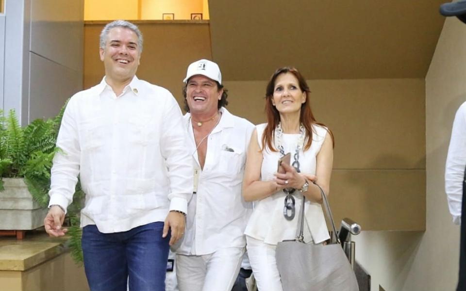El presidente de Colombia, Iván Duque; el cantante samario, Carlos Vives y la gobernador del departamento del Magdalena, Rosa Cotes.