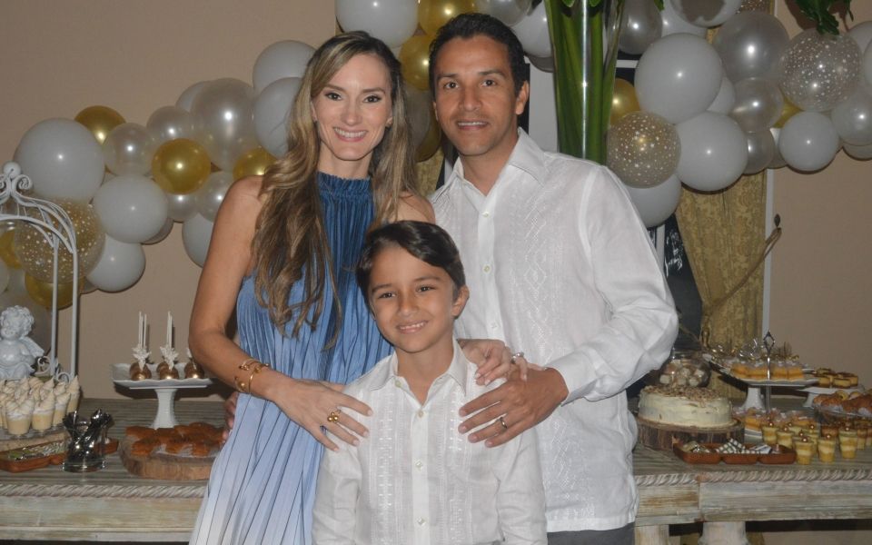 Sebastián Nader en compañía de sus padres Lettfy Nader e Iris González