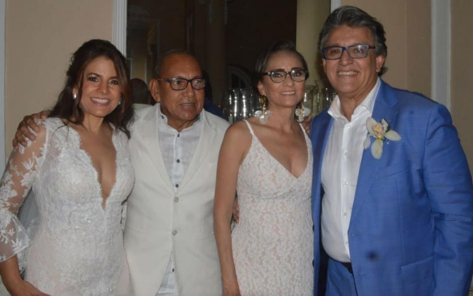 La feliz pareja en compañía de Yolanda Charris y Gerardo Massi