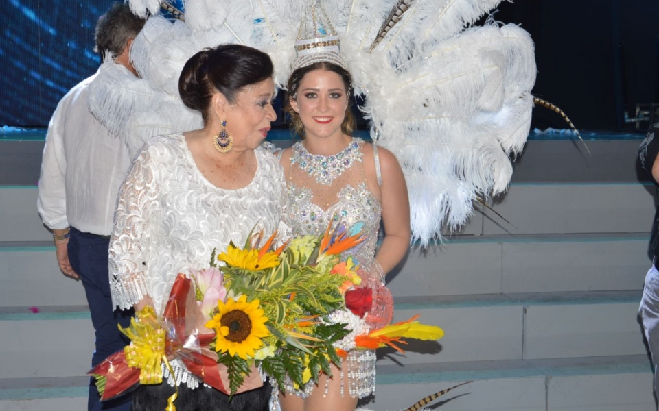 La directora de la comparsa, Gloria Peña, con la reina Cristina Lacouture Lequerica.