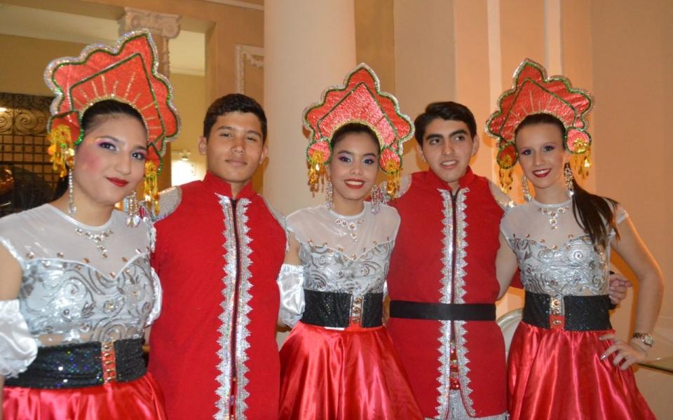 Oriana Palacio, Juan Carlos Robles, Ana María Noguera, Marco Aurelio Mejía y Carolina Campo, integrantes de la comparsa.
