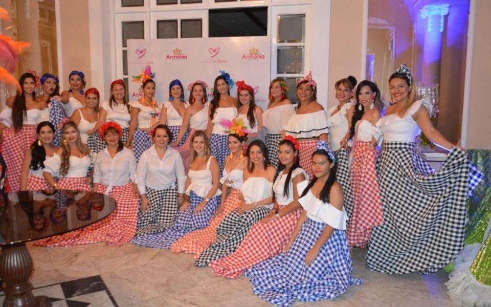 Grupo de cumbiamberas que participó en la fiesta de polleras.